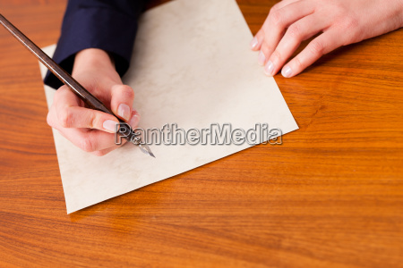 la donna scrive una lettera con