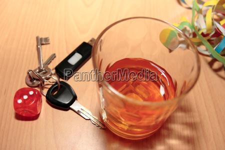 bicchiere di whisky e le chiavi