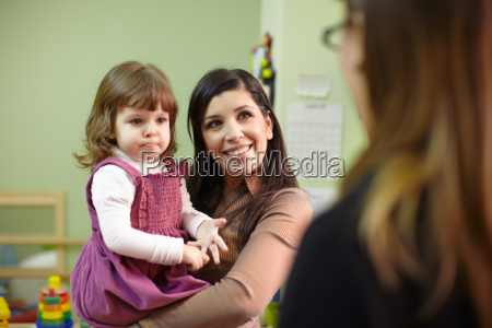 educatore e madre con bambina a