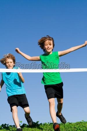 giovani ragazzi ragazze contento felice entusiasta