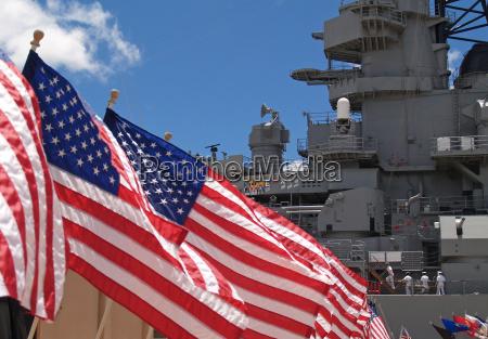 bandiere americane che volano accanto alla