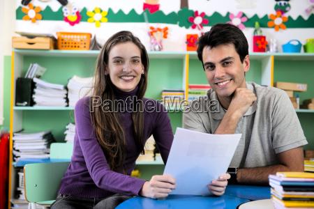 due insegnanti in classe