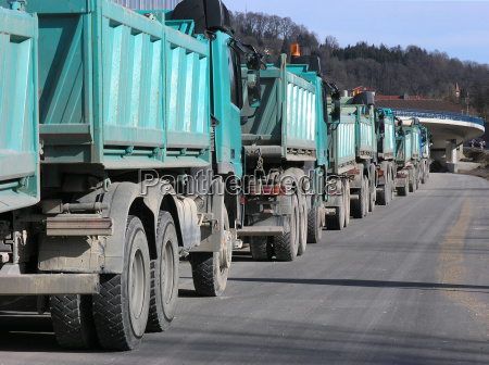 trasporto fila autostrada camion molti