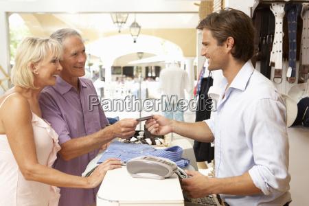 vendite maschio assistente alla cassa di