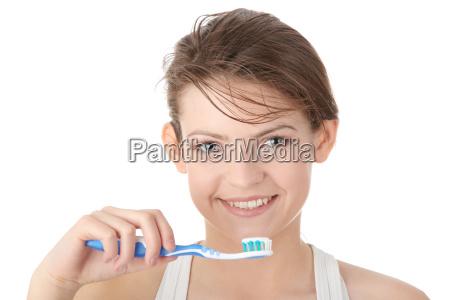 ragazza lavarsi i denti felicemente