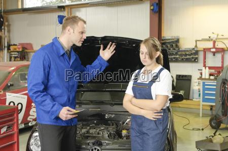 nel negozio di riparazione auto