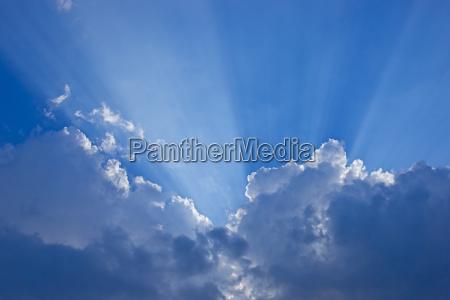 raggio di luce raggio speranza nuvole