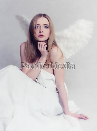 giovane donna con ali dangelo