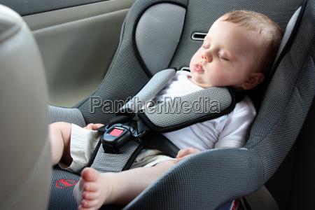 bel bambino dorme nella sede di