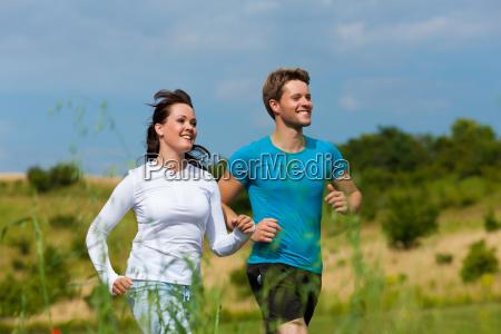 giovane coppia sportiva jogging allaperto