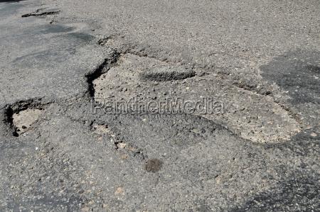 un buco nella strada