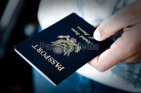 passaporto in mano