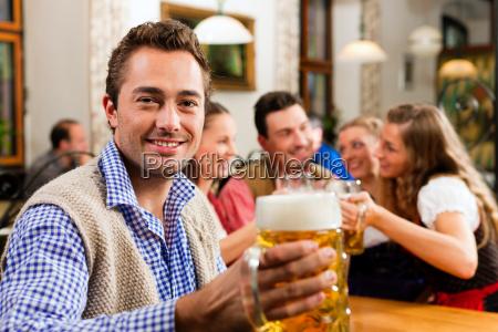 luomo beve birra in baviera