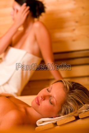 sauna due donne che si distendono