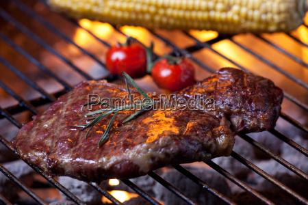 primo piano di una bistecca sulla