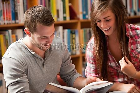 donna studiare studio blu risata sorrisi