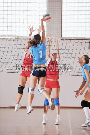 ragazze che giocano a pallavolo indoor