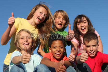gruppo di diversi ragazzi di gara