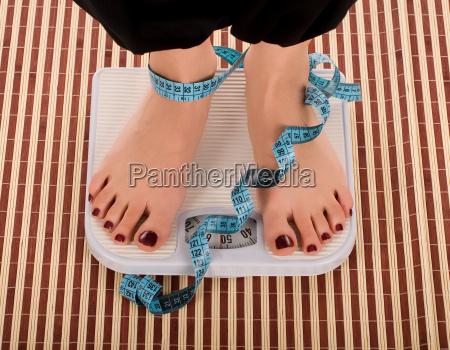 donna piedi dieta scala alimentazione nutrizionali