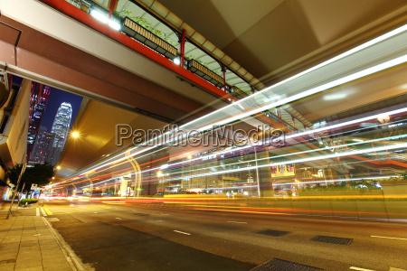 percorsi di luce auto in citta