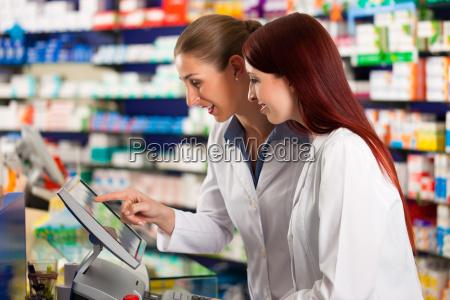 farmacista con farmacia assistente in farmacia