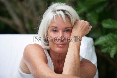 la donna dai capelli grigi sedeva