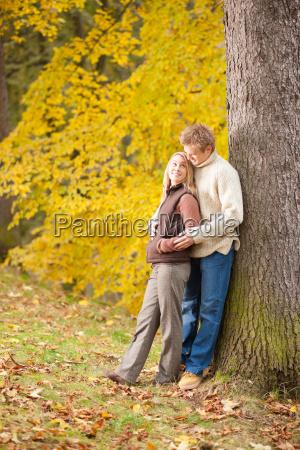 autunno amore coppia abbracciare felice nel