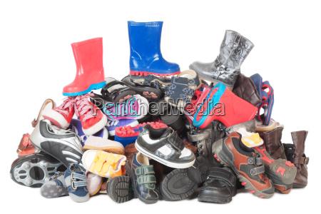 pile di scarpe da bambino