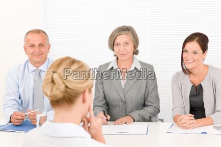colloquio di lavoro giovane donna con