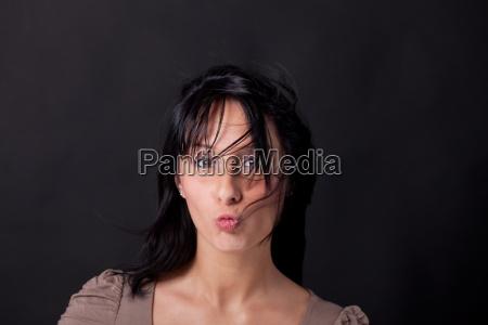 donna risata sorrisi bocca camicia matassa