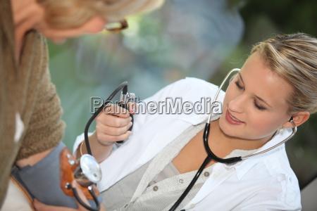 dottore medico donna ascoltare salute medicina