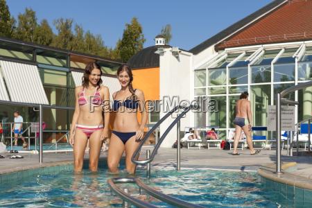 due donne in una piscina o
