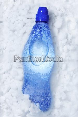 bottiglia di soda in neve