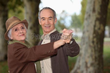 casal de idosos em um passeio