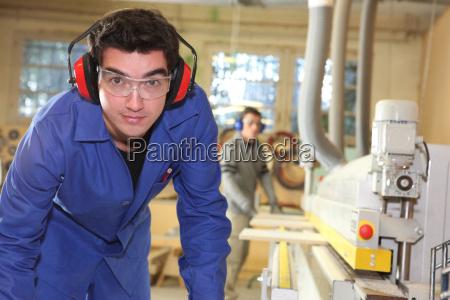 apprendista che lavora in una fabbrica