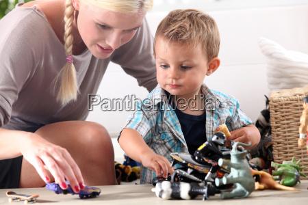 baby sitter adorabile babysitter ragazzo martinetto