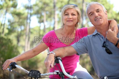 caucasico bianco attivo ciclista bicicletta coppia