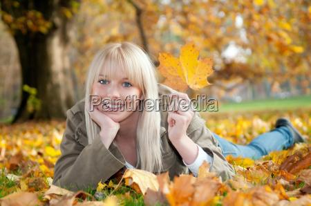 donna risata sorrisi foglie menzogna bugia