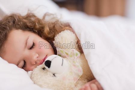 ragazza che dorme con il suo