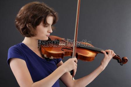 giovane femmina che suona il violino