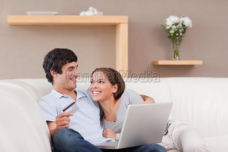 coppia allegra vacanze di prenotazione online