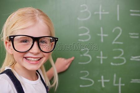 studentessa intelligente che punta a qualcosa