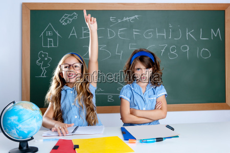 intelligente ragazza nerd studente in aula