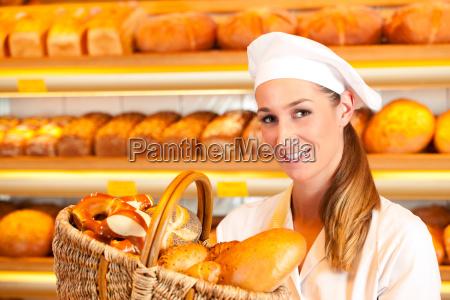 baker vende pane nel cestino in