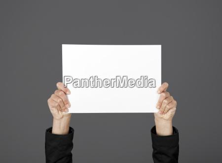 donna mano mani tenere possesso bacheca