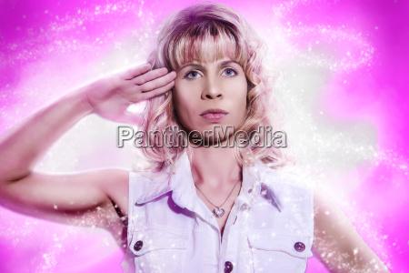 la donna fa salutare i soldati