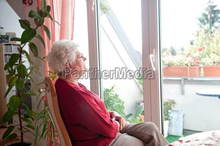 donna vecchia solitaria