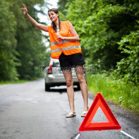 young driver femminile con una ripartizione