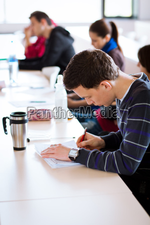 giovane studente di college maschile seduto
