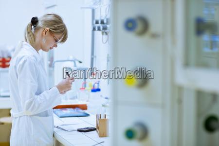 donna scienza ricerca laboratorio chimica ricercatore